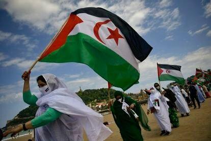 Manifestación en favor del líder del Polisario, Brahim Gali, el pasado domingo en la playa de La Concha de San Sebastián.
