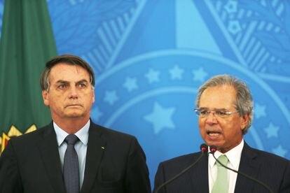El presidente Bolsonaro (izquierda) y el ministro Guedes en Brasilia este miércoles.