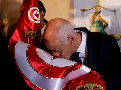 El presidente de Túnez, Kais Said, besa la bandera después de que se anunciaran los resultados de las encuestas a boca de urna de las elecciones presidenciales en Túnez, el 13 de octubre de 2019.