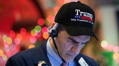 Un agente bursátil llevando una gorra del presidente Donarl Trump