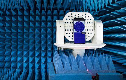 Un móvil en un giroscopio que lo tirará de forma repentina. La prueba sirve para comprobar que la cámara desplegable se cierre cuando se detecta una caída.