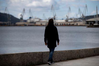 La ingeniera rechazada por Navantia por estar demasiado preparada para el puesto pasea por el puerto de Ferrol.