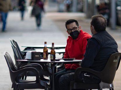 Dos comensales disfrutan en una terraza de un bar de Carabanchel, el pasado 12 de febrero.