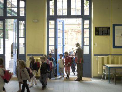 Varios niños entran a clase.