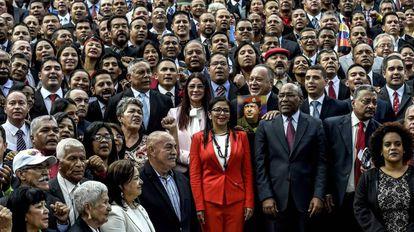Los miembros de la Asamblea Nacional Constituyente, con Delcy Rodríguez en el centro.