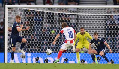 Modric marca el segundo gol de Croacia ante Escocia este martes en Hampden Park.