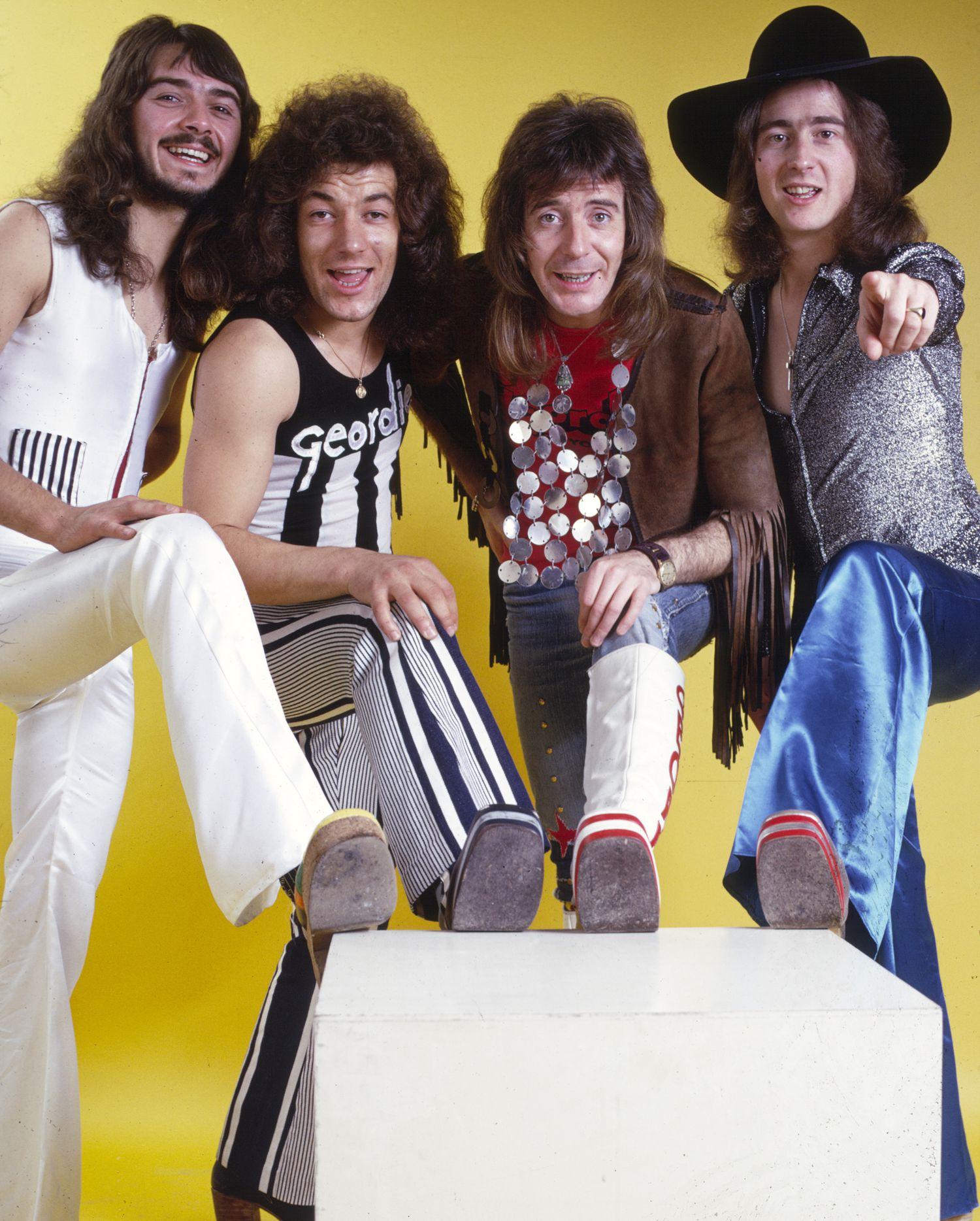 Brian Johnson (segundo por la izquierda) con Geordie 1974.
