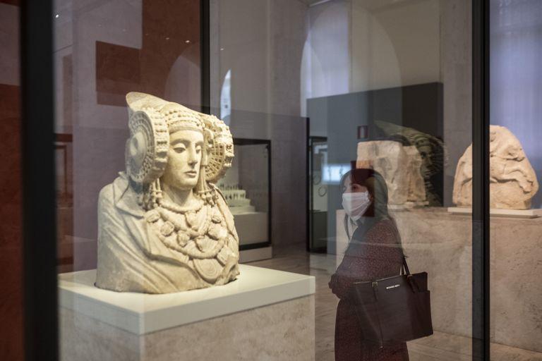 Una visitante observa la Dama de Elche, el martes por la mañana.