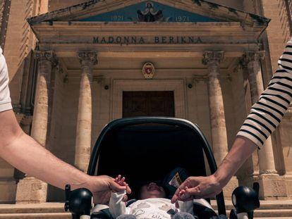 Una joven pareja en Gzira (Malta) con su hijo sano, al que se refieren como un