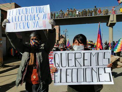 Simpatizantes del Movimiento al Socialismo (MAS), el partido del expresidente Evo Morales, exigen la celebración de elecciones, este martes.