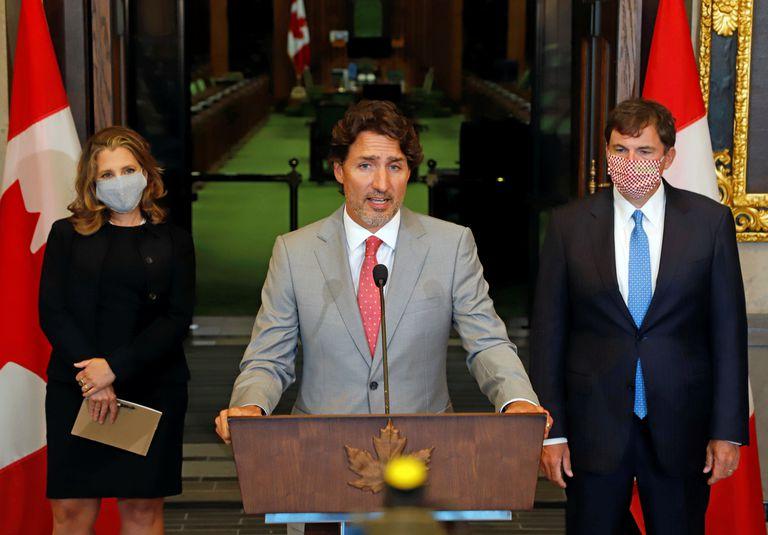 Justin Trudeau, en una rueda de prensa junto a Chrystia Freeland y al ministro de Asuntos Intergubernamentales, Dominic LeBlanc, este martes en Ottawa.