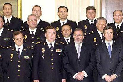En primera fila, los mandos policiales Jesús de la Morena, Pedro Díaz Pintado, Agustín Díaz de Mera y el entonces ministro del Interior, Ángel Acebes. Detrás de él, Mariano Rayón, en una recepción con los Reyes en abril de 2004.