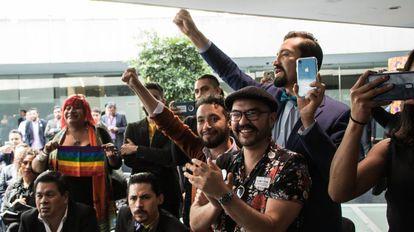 Organizaciones LGBTI celebran la decisión del Senado, este martes en Ciudad de México.