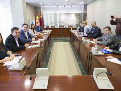 Reunión en el parlamento murciano para llegar a un acuerdo de gobierno, tras la dimisión de Pedro Antonio Sánchez.