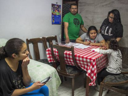 Una familia a la que se le termina su contrato de alquiler social, en su casa de Cornellà