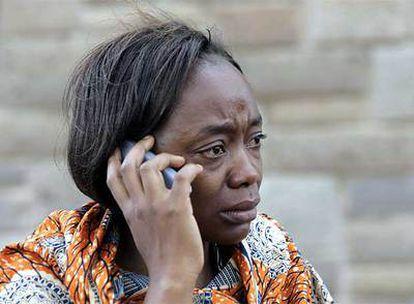 Un familiar de un pasajero del vuelo KQ507 llora mientras cuenta la terrible noticia por teléfono móvil.