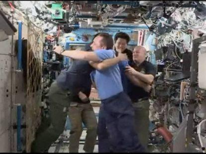 Los tripulantes se dicen adiós tras cinco meses de misión.