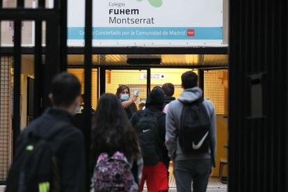 Escolares del colegio público Montserrat Fuhem, en Madrid, pasan el control de temperatura, en septiembre de 2020.