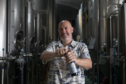 David Castro maestro cervecero y fundador de La Cibeles en su fábrica en Leganés