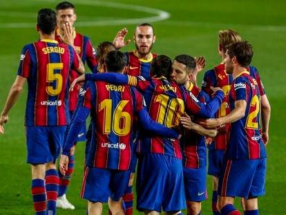 El equipo abraza a Messi después de uno de sus goles al Getafe.