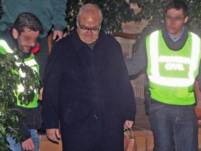 El expresidente del ICS, Josep Prat, sale de su casa detenido por la Guardia Civil, en febrero de 2013.