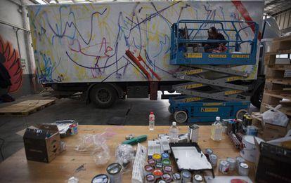 Ana Barriga, durante la realización de su obra sobre el lateral de un camión.