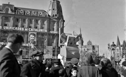 Un muñeco caricatura de Franco, en 1937 en la Plaza Catalunya.