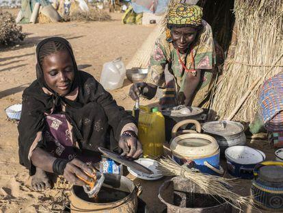 La nigerina Cholou Aleyrom, de 13 años, y su madre, Awa, han tenido que abandonar su hogar por los ataques de Boko Haram.