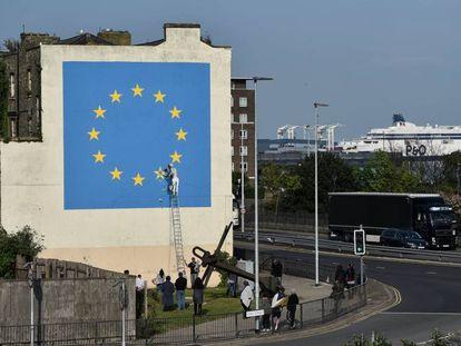 Mural sobre el 'Brexit' pintado por Banksy en Dover.