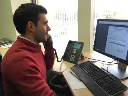 Un operador del CIAM busca datos sobre un desaparecido mientras atiende una llamada.