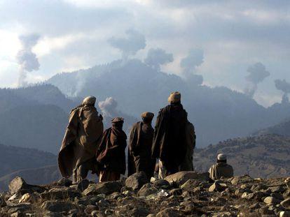 Un grupo de combatientes talibanes observa los bombardeos en las montañas de Tora Bora, refugio de Al Qaeda, en diciembre de 2001.