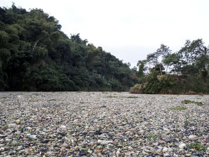Cerca del pueblo de Cipatik, el curso del Citarum está totalmente cubierto por toneladas de basura tanto en superficie como en el lecho. Los desechos hacen imposible la navegación a motor, e incluso dificultan la de los botes a remo.