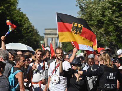 Una policía se dirige este sábado a los manifestantes en Berlín.