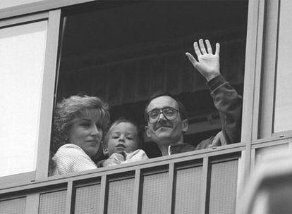 Ortega Lara acompañado de su esposa y su hija saluda a los periodistas desde el balcón de su domicilio en Burgos tras su liberación
