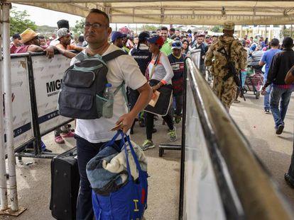 Venezolanos cruzan la frontera en el paso de Paraguachón (Colombia), en junio.