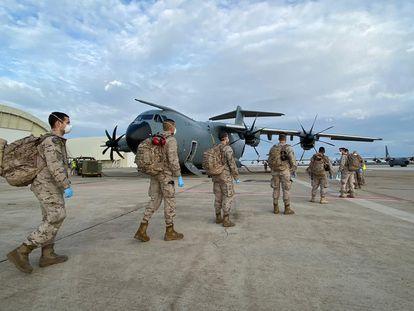 Miembros del Ejército del Aire suben a un avión militar de transporte A400M fabricado en España.