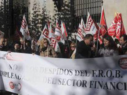 Concentración de sindicalistas de UGT y CC.OO frente a la Subdelegación del Gobierno en León, ante los despidos colectivos planteados en la banca