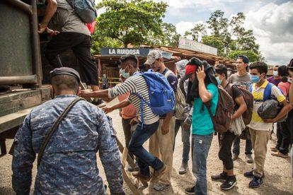 El Ejército de Guatemala sube en camiones a migrantes hondureños tras interceptarlos, el pasado día 10.