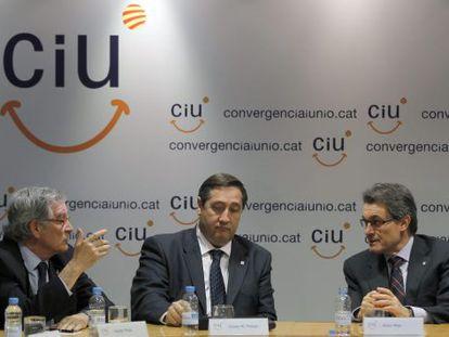 El presidente de CiU y de la Generalitat, Artur Mas (d), conversa con el secretario general adjunto y alcalde de Barcelona, Xavier Trias (i), en presencia del secretario general de Unió, Josep Maria Pelegrí (c), durante la reunión de la Comisión Ejecutiva Nacional de la Federación.