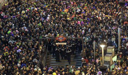 Miles de personas en la Puerta del Sol, en la Nochevieja de 2015.