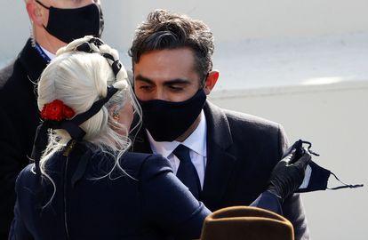 Lady Gaga, con su novio Michael Polansky, en el Capitolio.