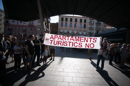 Una concentración de vecinos en la Barceloneta contra los apartamentos turísticos.