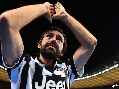Pirlo saluda a los aficionados de la Juve después de la final de Champions
