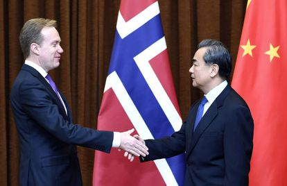 El ministro de Exteriores chino recibe a su homólogo noruego, Borge Brende, para restablecer las relaciones comerciales, congeladas desde 2010.
