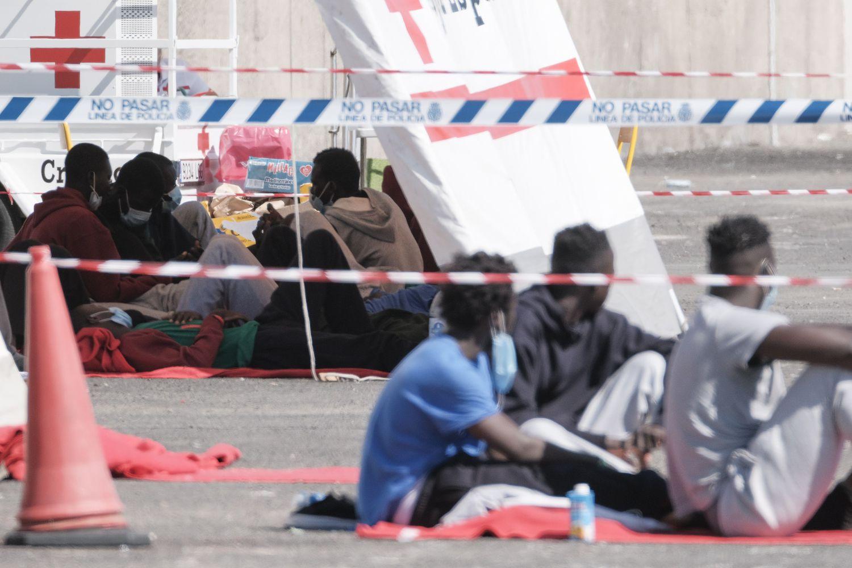 Un grupo de migrantes rescatados aguarda en el muelle de Arguineguín (Gran Canaria) el pasado día 5 de agosto.