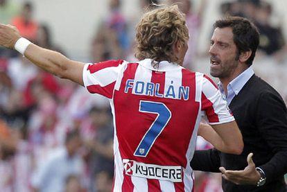 Forlán y Quique Flores, durante un partido en el estadio Calderón.