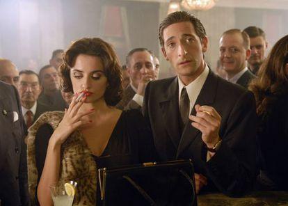 Una secuencia de 'Manolete' con Penélope Cruz (izq.) y Adrien Brody