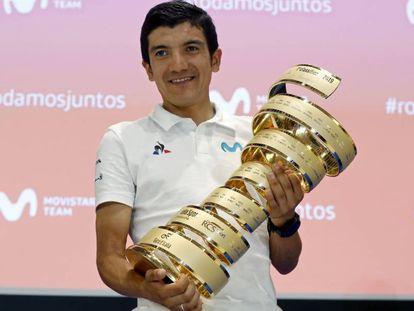 Richard Carapaz, con el trofeo de ganador del Giro.
