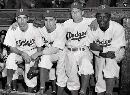 De izquierda a derecha, John Jorgensen, Pee Wee Reese y Ed Stanky junto a Jackie Robinson el día 15 de abril de 1947, en el que éste dubutó con los Dodgers en la Liga norteamericana de béisbol .
