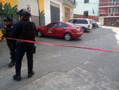 Policías de Veracruz resguardan el sitio del asesinato de la periodista.